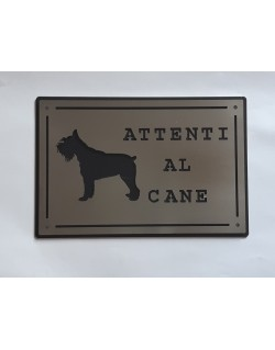 Plaque attentive to the Schnauzer dog